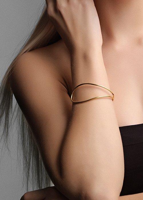 Bøjlearmbånd guld - Louise Kragh